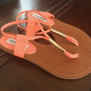 CORAL AND GOLD STEVE MADDEN SANDALS